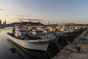 姪浜漁港の夕方の風景の写真素材 [FYI04823194]