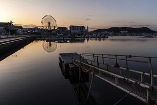 姪浜の漁港 観覧車のある風景の写真素材 [FYI04823195]