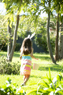 イースターのエッグハントをしている女の子の後ろ姿の写真素材 [FYI04823333]