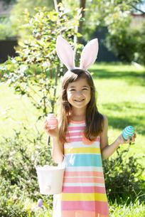 イースターエッグを持って笑っている女の子の写真素材 [FYI04823340]