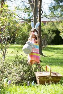 イースターエッグを持ってポーズをしている女の子の写真素材 [FYI04823352]