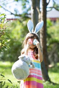 イースターエッグを持ってポーズをしている女の子の写真素材 [FYI04823353]