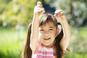 卵のチョコレートを持って笑っている女の子の写真素材 [FYI04823359]