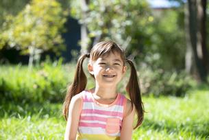 ツインテールで笑っている女の子の写真素材 [FYI04823372]