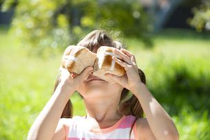 イースターのホットクロスパンを持っている女の子の写真素材 [FYI04823378]