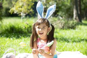 イースターの耳飾りをつけて笑っている女の子の写真素材 [FYI04823387]