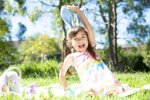 イースターの耳飾りをつけて笑っている女の子の写真素材 [FYI04823392]