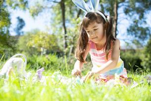 イースターの耳飾りをつけて遊んでいる女の子の写真素材 [FYI04823394]