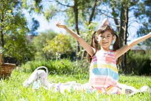 イースターエッグを頭の上に載せて笑っている女の子の写真素材 [FYI04823396]