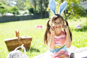 イースターの耳飾りをつけて笑っている女の子の写真素材 [FYI04823833]
