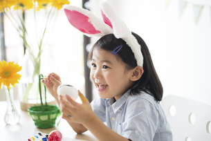 イースターエッグに色を塗っている女の子の写真素材 [FYI04823843]