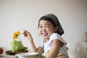 茹で卵を剥きながら笑っている女の子の写真素材 [FYI04823854]