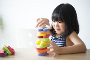 アルファベットのおもちゃで遊んでいる女の子の写真素材 [FYI04823886]