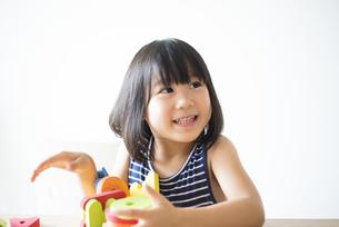 アルファベットのおもちゃで遊んでいる女の子の写真素材 [FYI04823887]