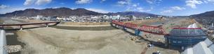 復旧工事中の別所線千曲川橋梁と上田市街と烏帽子岳の写真素材 [FYI04824085]