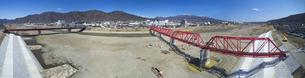 復旧工事完了後の別所線千曲川橋梁と上田市街と烏帽子岳の写真素材 [FYI04824086]