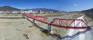 復旧工事完了後の別所線千曲川橋梁と上田市街と烏帽子岳の写真素材 [FYI04824088]