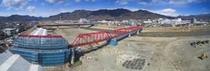 復旧工事中の別所線千曲川橋梁と上田市街と太郎山の写真素材 [FYI04824089]