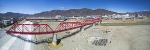 復旧工事完了後の別所線千曲川橋梁と上田市街と太郎山の写真素材 [FYI04824093]