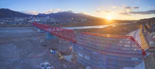 復旧工事中の別所線千曲川橋梁と上田市街と朝日の写真素材 [FYI04824096]