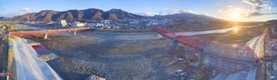 復旧工事中の別所線千曲川橋梁と上田市街と朝日の写真素材 [FYI04824100]