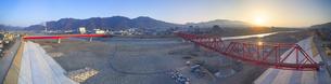 復旧工事完了後の別所線千曲川橋梁と上田市街と朝日の写真素材 [FYI04824103]