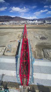 復旧工事中の別所線千曲川橋梁と上田市街と太郎山の写真素材 [FYI04824106]