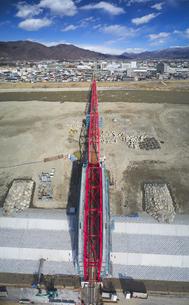 復旧工事中の別所線千曲川橋梁と上田市街と太郎山の写真素材 [FYI04824108]