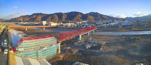 復旧工事中の別所線千曲川橋梁と上田市街と太郎山の写真素材 [FYI04824110]
