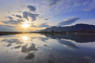 水鏡の山田池と朝日と独鈷山の写真素材 [FYI04824167]