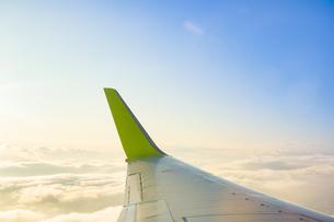 旅客機の翼と空の写真素材 [FYI04824181]