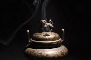 黒バックの香炉の写真素材 [FYI04824213]
