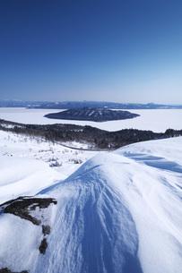 屈斜路湖と中島の写真素材 [FYI04824507]