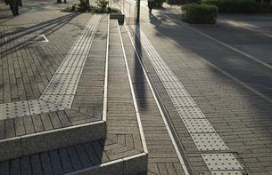 夕方の街の歩道の写真素材 [FYI04824574]