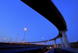曲線を描く高速道路の写真素材 [FYI04824603]