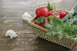 様々な野菜が入ったカゴの写真素材 [FYI04825133]