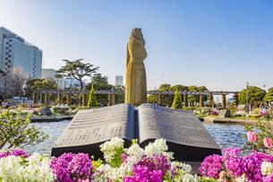 山下公園の水の守護神像と楽譜の石板の写真素材 [FYI04825481]