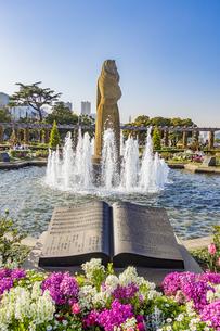 山下公園の水の守護神像と楽譜の石板の写真素材 [FYI04825485]