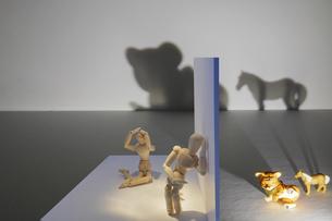 トラウマが映す影に怯えるデッサン人形の写真素材 [FYI04825547]
