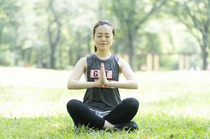 公園でヨガ・ストレッチをする女性の写真素材 [FYI04825652]