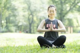 公園でヨガ・ストレッチをする女性の写真素材 [FYI04825654]