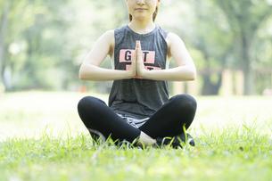 公園でヨガ・ストレッチをする女性の写真素材 [FYI04825656]