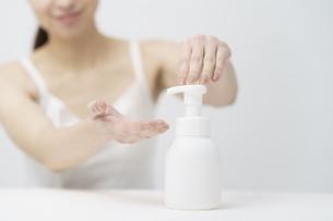 ボトルから泡を出す女性の写真素材 [FYI04825658]