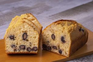 黒豆のパウンドケーキの写真素材 [FYI04825910]