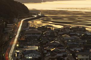 夕暮れ時の有明海と国道57号線の写真素材 [FYI04825993]