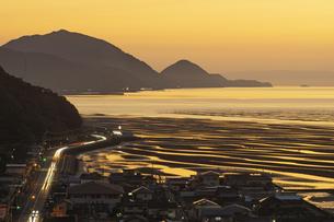 夕暮れ時の有明海と国道57号線の写真素材 [FYI04825996]