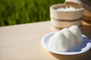 炊き立ての白米とおにぎりの写真素材 [FYI04826025]