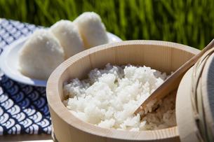 おひつに入った炊き立ての白米とおにぎりの写真素材 [FYI04826028]