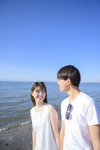海岸を散歩するカップルの写真素材 [FYI04826362]
