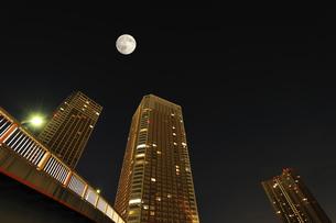 満月と高層タワーマンションの写真素材 [FYI04826408]